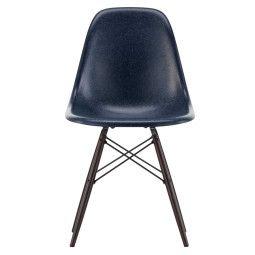 Vitra Eames DSW Fiberglass Stuhl mit dunklem Ahorn Untergestell